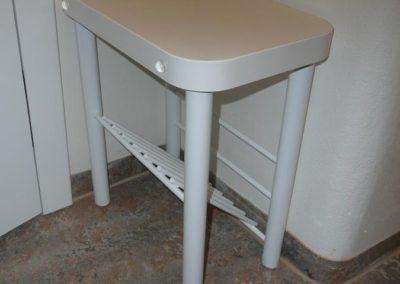 židlička do malé předsíně s mřížkou na sušení bot