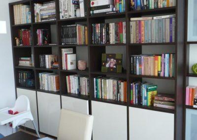 knihovna s menší hloubkou u okna