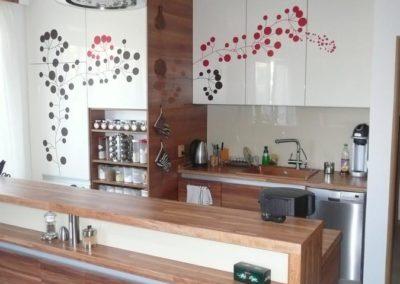 kuchyň na míru s rostlinnou dekorací
