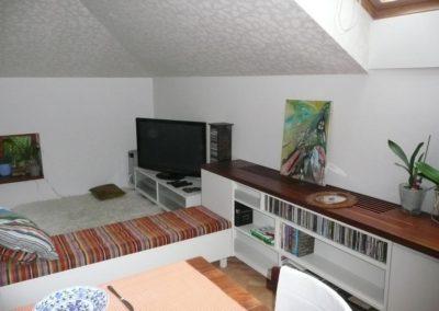 obývák s lavicí a jídelním stolem v podkroví