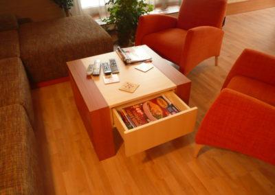 konferenční stolek - detail se zásuvkou