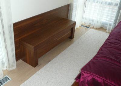 skříňka z ořechu před postel