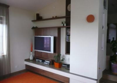 stěna s televizí za komínem