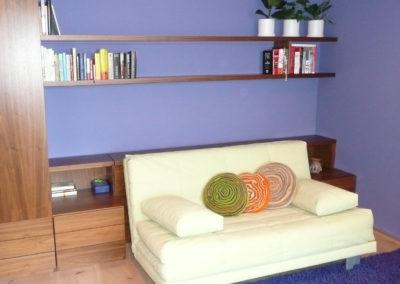 rozkládací pohovka se skříní a nočními stolky v pokoji pro hosty/pracovně