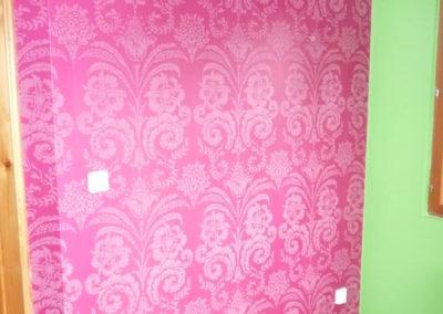 výrazná barva tapety barevně sladěna s ostatním textilem interiéru