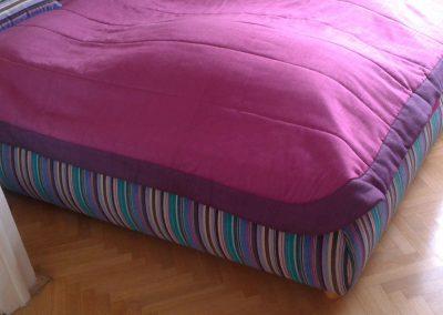 potažení polstrované postele sladěné s hedvábným přehozem