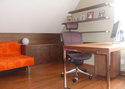 pracovní stůl v prostornějším podkroví